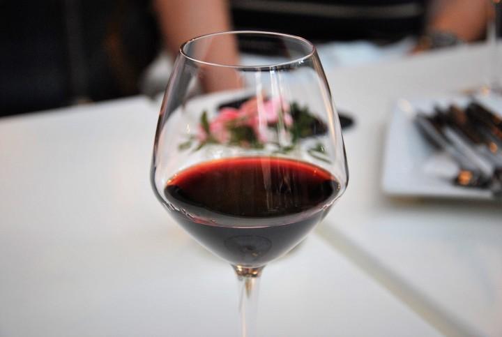 kozarec rdečega vina